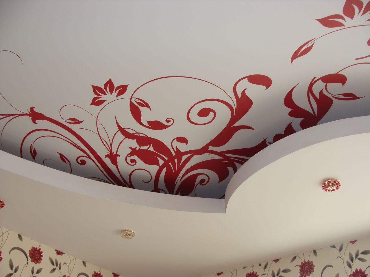 натяжные потолки в комнате